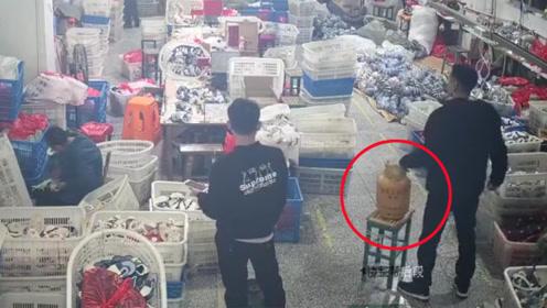 2男子拎煤气罐闯鞋厂车间欲纵火 工人们吓得四散逃窜