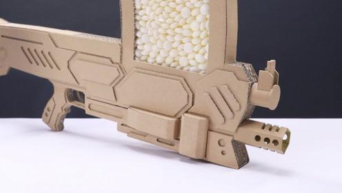 小伙竟用纸板做玩具枪,曼妥思当子弹,网友:低估老外的脑洞了!