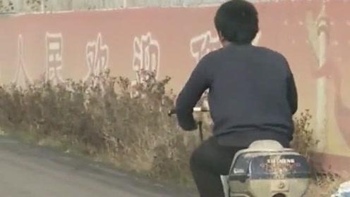 小伙的自行车太有创意了,居然跟汽车一样,也是个前后两驱的交通工具!