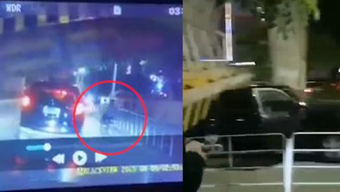 货车撞塌限高杆经过车辆瞬间被砸中 一电动车加速通过躲过一劫