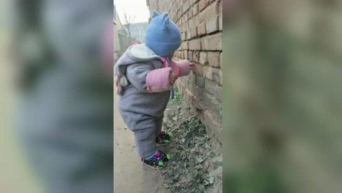 有了孩子母亲的警惕性变高!小朋友差点一屁股坐地上了,妈妈及时帮忙!