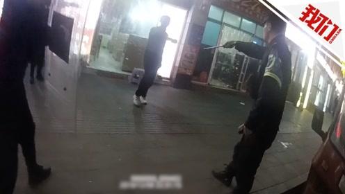 贵州一男子醉酒后手持剪刀大闹小吃街 直击警察对峙制伏全程