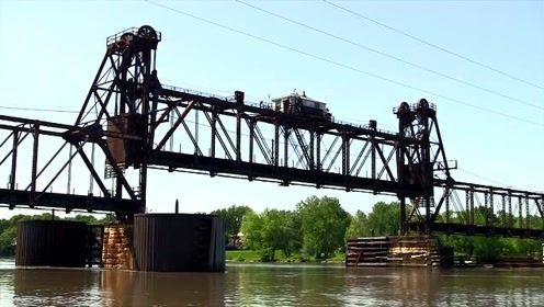 河面上可以自动升降的火车道还是第一次见,设计者简直就是天才