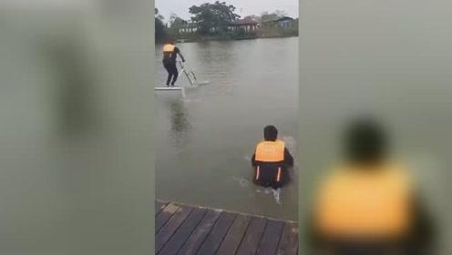 男子骑水上单车越沉越深画风搞笑!网友:你这是潜水艇吧