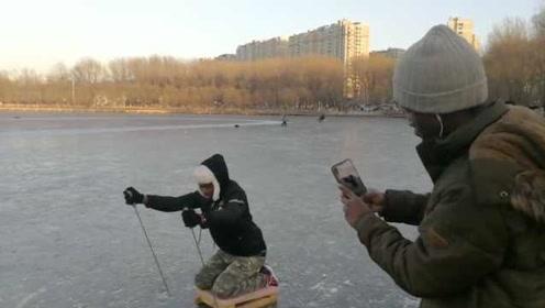 非洲留学生向东北大爷学玩冰车:哎呀妈呀,太难了
