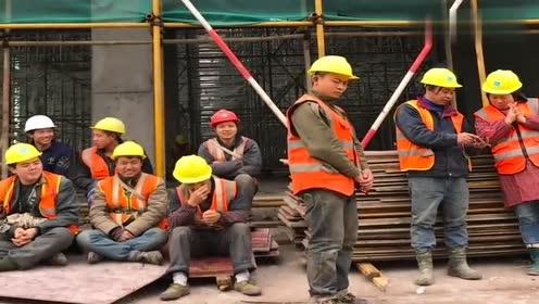 马上就要搬砖了,小伙在工地即兴跳一段劲舞,下一秒裤子开线了