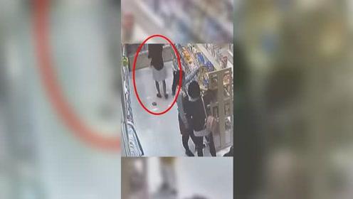 女子抱着孩子母婴店内疯狂偷盗 关键时刻翻车了