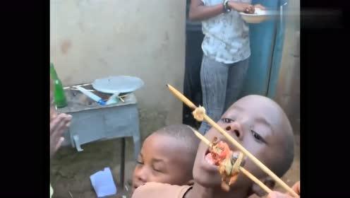 非洲孩子太可怜,一闻到饭味就聚集在一起,抢上一口都觉得是满足
