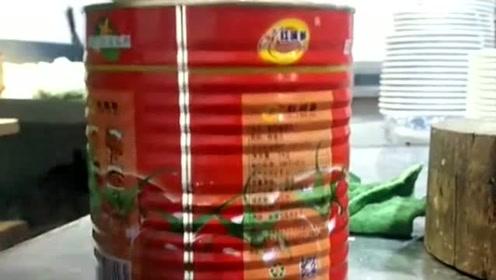 厨师开启番茄酱的奇葩方式,他的操作非常犀利,一看就是一位大厨!
