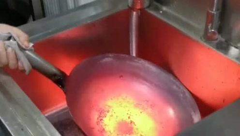 铁锅就是这样造出来的,不知锅底的温度是多少,颜色太给力了!