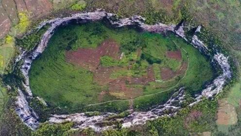 """云南最神秘""""百米天坑"""",四面全是悬崖,底下却生活着32个人"""