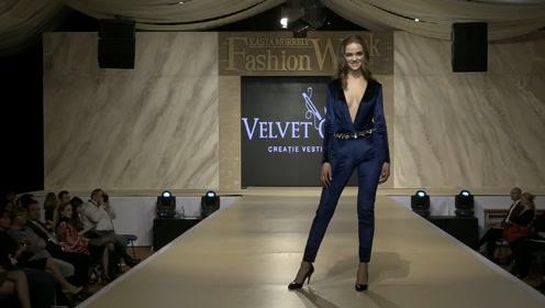 幽魅的蓝色套装,彰显美模卓越不凡,魅力全场!
