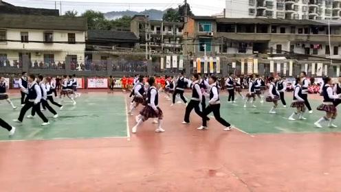 小学生舞蹈赛用《快乐崇拜》伴奏,10后这是要逆天呀?