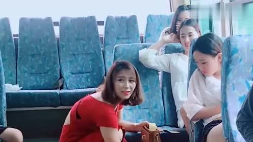 公交车上搞笑,美女包被抢,没想到小偷又回来了