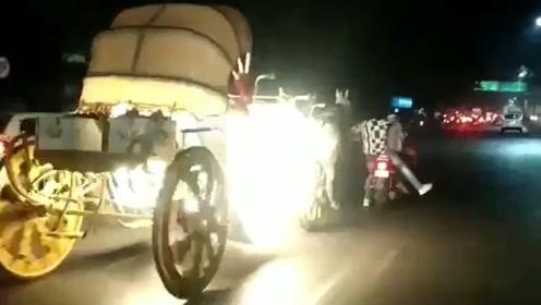 马车失控在街头狂奔 英勇男子试图让马停下来结果悲剧了