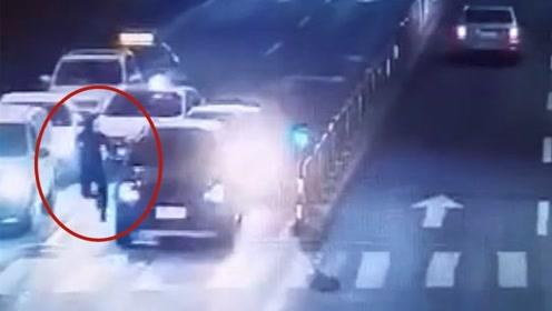 男子撞车后吓得拔腿就跑 不料结局让他悔青肠子