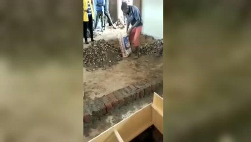 非洲的工人,这样的一份工作,硬是得两个人干!