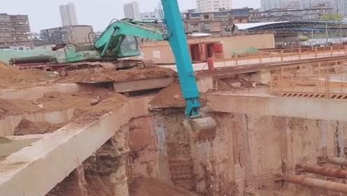 挖掘机手臂加长版,可以挖至十五米,对司机操作是一种考验!