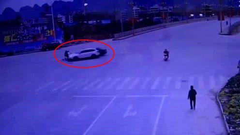 十字路口两车相撞后再撞电动车 谁该礼让交警这样判