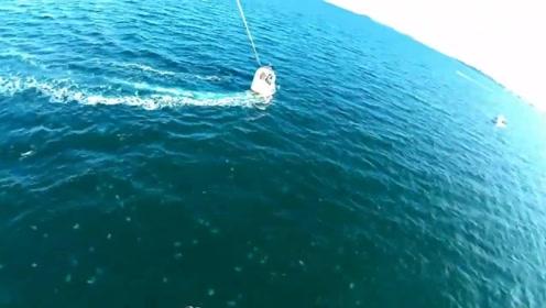 2名男子玩滑翔伞发现海里全是水母 下一秒反应笑翻众人