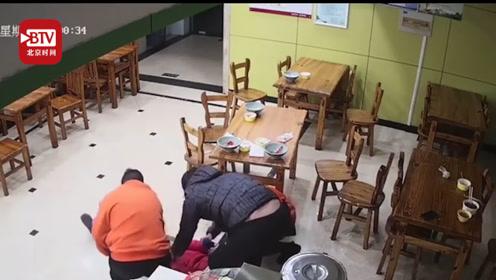 幸好有你!顾客餐厅内突然倒地心脏骤停 服务员跪地CPR5分钟救回顾客