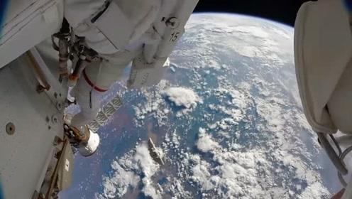 宇航员出舱维修空间站,掉下去那块东西会砸到地球吗?