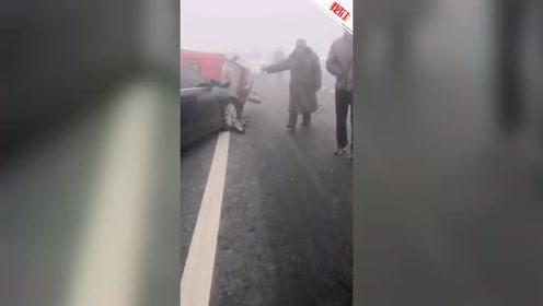 河北南和一桥上结冰致18辆车追尾2人受伤