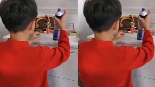 田亮儿子小亮仔偷用妈妈化妆品手法娴熟,自称已经三天没挨打
