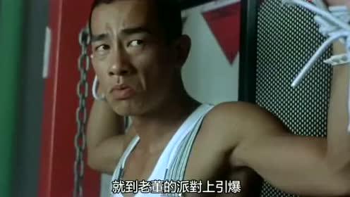 梁家辉模仿李小龙打斗,唯一不同的就是有笑点,看的我笑了很久