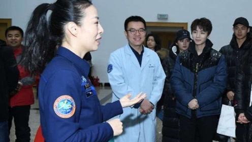 王俊凯参加大学活动生图曝光 双手交叉站立腼腆乖巧接地气