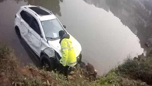 行车仪实录!司机疲劳驾驶冲进河里