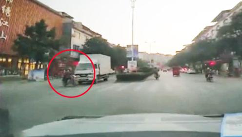 夫妻骑摩托过斑马线被货车瞬间撞飞 监控拍下惊险一幕