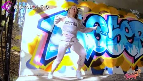 """第一次看俄罗斯女孩跳""""鬼步舞"""",网友直言:和""""赵四""""学两招吧"""