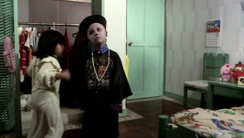 在小僵尸一脸好奇的打量时,女孩的爸爸来了,女孩赶紧把它藏起来