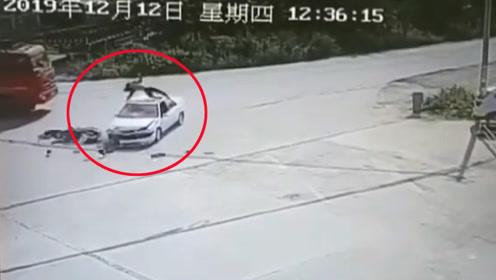男子骑电动车与轿车相撞 旋转360度飞上车顶