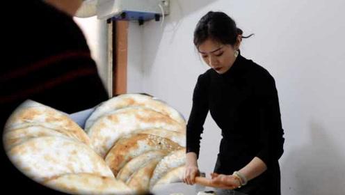 美女离婚后回乡卖烧饼,被多人追求,顾客为看她连买十天烧饼