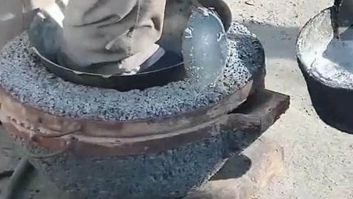 现在的工艺我有点看不懂,这是往什么里面注金属水,大爷还敢站在上面!