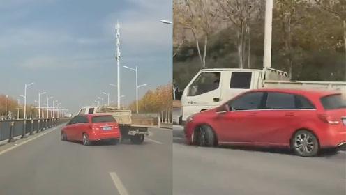 """安徽2司机互相路怒,下一秒上演""""别车""""大战,结果悲剧了"""