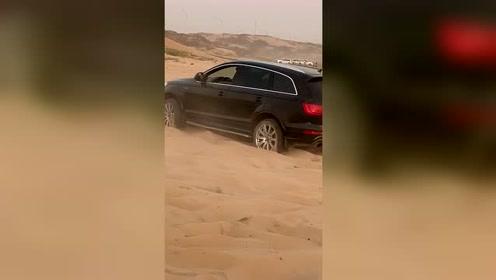 奥迪Q7开进沙漠玩越野,开启四驱模式也不行,被一旁的哈弗H9嘲笑!