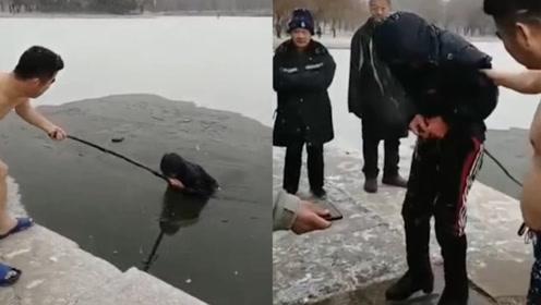 老人滑冰不慎掉入冰窟窿 市民机智营救成功解救老人