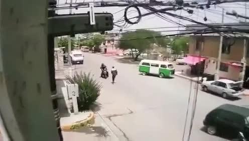 路口不减速!后果很严重!
