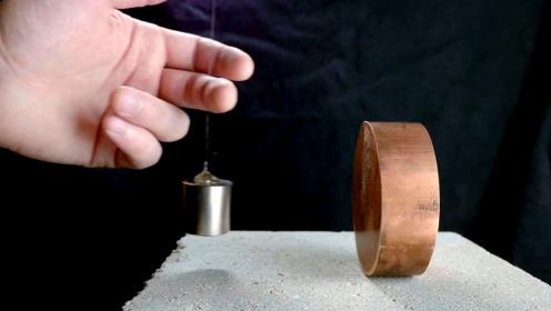 钕磁铁靠近铜块,会发生什么有趣现象?看到最后一幕让人不敢相信