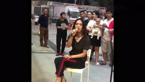 网红女装大佬梅姐街头献唱,一开嗓就被征服了,这身材让人羡慕!