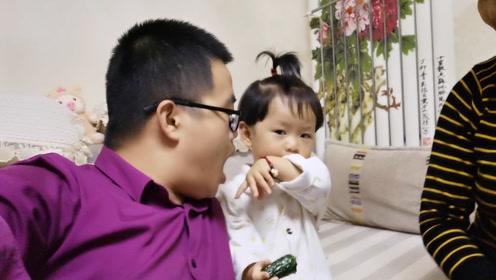 爸爸示意女儿要吃黄瓜,观察女儿啥反应,看看女儿怎么做的!