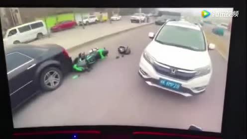 飙车党骑到轿车旁边撒野!被轿车一甩瞬间悲剧了!