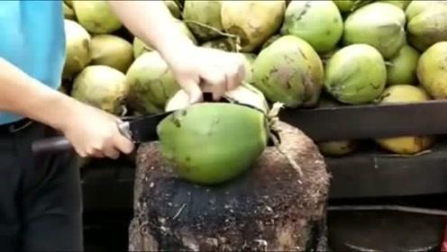 本想买个椰子止渴,一刀砍下去,摊主都懵了,什么情况啊!