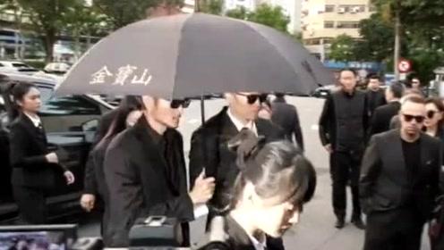 高以翔女友现身告别式,范玮琪王力宏等列席家祭,浙江卫视:痛悼以翔