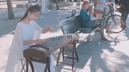 小姐姐在法国街头弹古筝,身穿汉服一曲《沧海一声笑》,太美了!