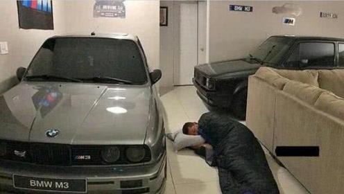 """男子""""嗜车如命"""",客厅停满汽车,为陪爱车自己睡地板"""