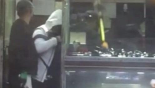 实拍:香港蒙面匪徒打劫表行 手持铁锤长刀抢走百万财物
